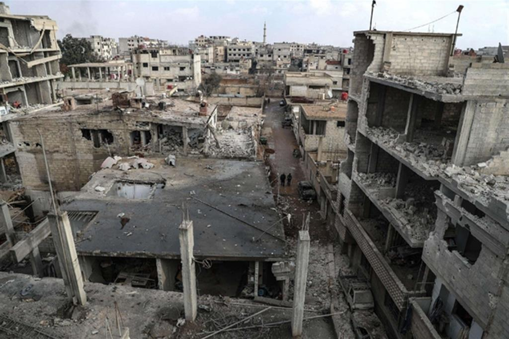 Palazzi distrutti dai bombardamenti nel Ghouta orientale, alla periferia di Damasco (Ansa)