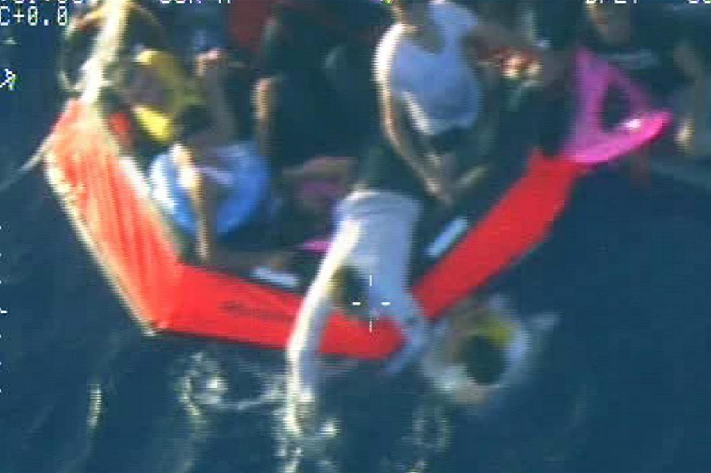 Un frame di un video di una operazione di salvataggio nel Mediterraneo