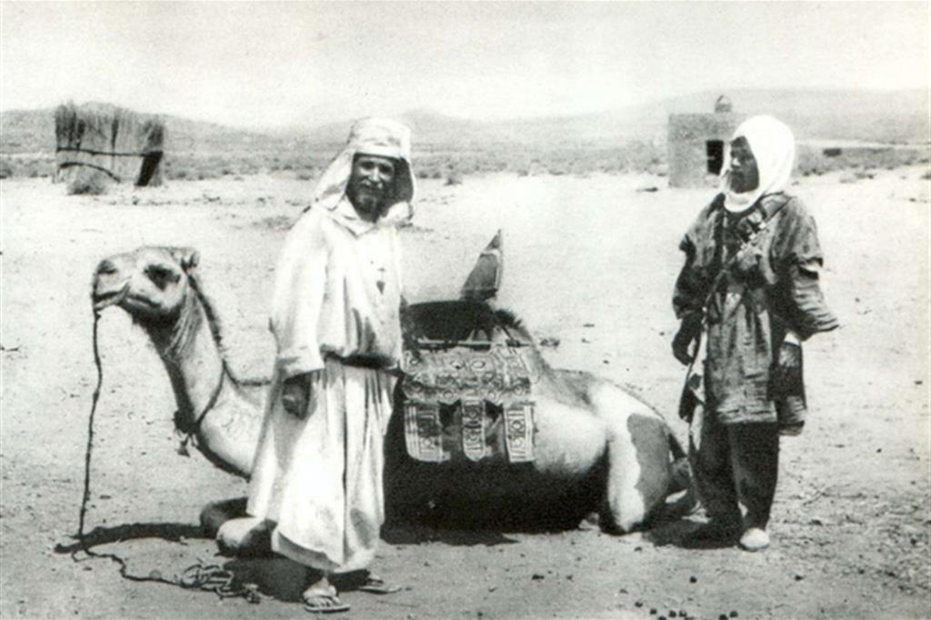 Charles de Foucauld (a sinistra) durante il viaggio dal Marocco all'Algeria tra il 1904 e il 1905