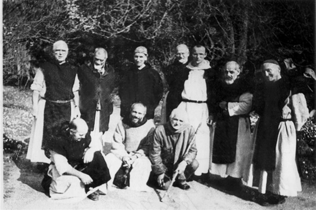 Algeria: in questa immagine d'archivio, priva di data, figurano sei dei sette monaci trappisti francesi di Tibhirine rapiti e uccisi dai fondamentalisti islamici algerini nel 1996. I corpi dei frati furono rinvenuti a pochi chilometri dalla città di Medea, a sud-ovest di Algeri
