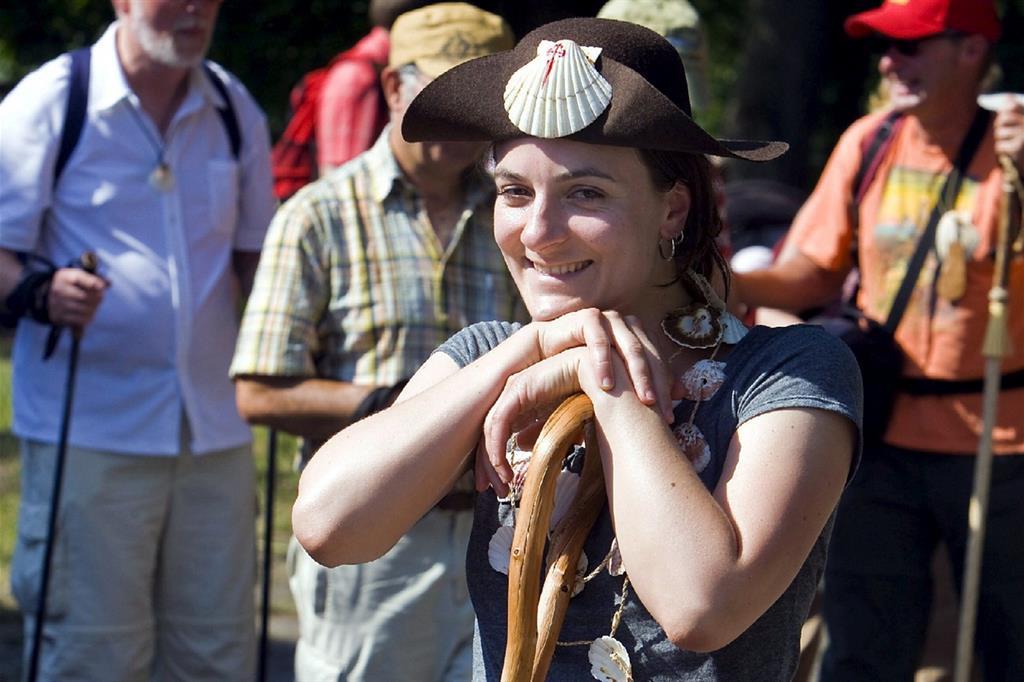 Una ragazza sul Cammino di Santiago (Ansa/Epa)