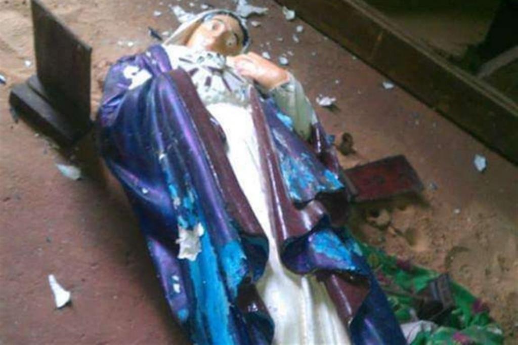 La statua della Madonna scaraventata a terra nella cattedrale. Tutte le foto ci sono state inviate da testimoni sul posto -