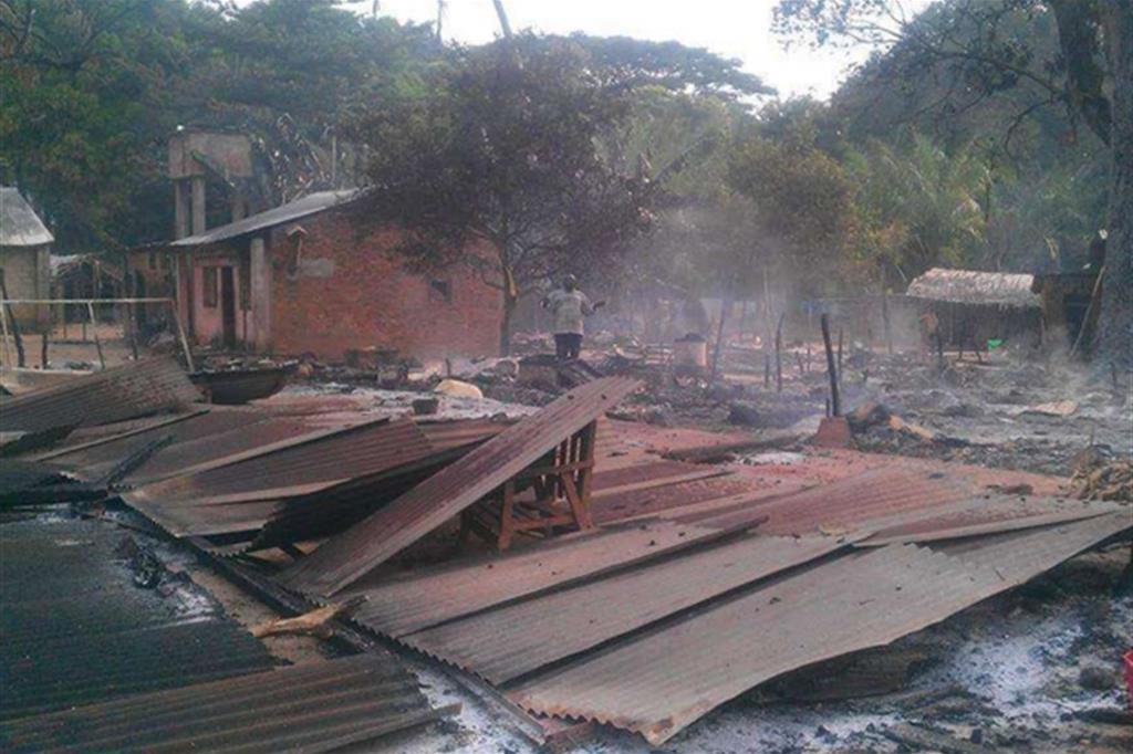 La desolazione dell'area dell'arcivescovado, con l'attiguo dormitorio, dopo l'incendio. La missione ospita 26mila sfollati non musulmani -