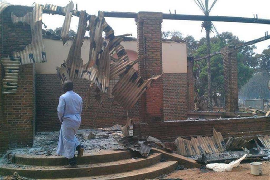 Del dormitorio attiguo alla cattedrale restano solo le mura, dopo l'incendio appiccato dagli assalitori -