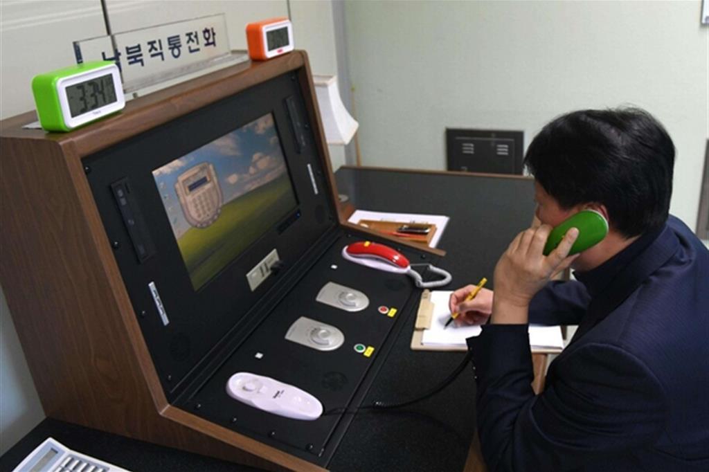 """Riprendono le comunicazioni tra le due Coree attraverso un """"preistorico"""" telefono rosso (Ansa)"""