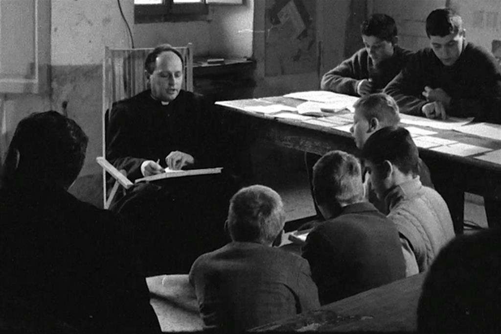 don Lorenzo Milani insegna nella scuola di Barbiana
