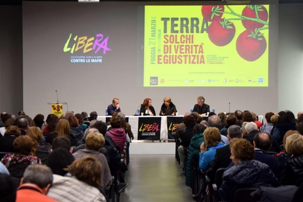 Un'immagine dell'incontro organizzato a Bari da Libera, prima della riflessione in cattedrale (Arcieri)