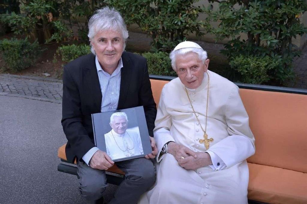 Il Papa emerito con il fotografo Stefano Spaziani nel monastero vaticano Mater Ecclesiae