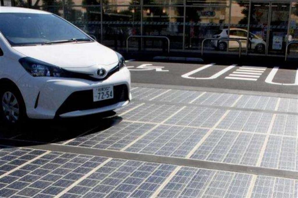 La pavimentazione di una strada a pannelli solari sperimentata in Francia