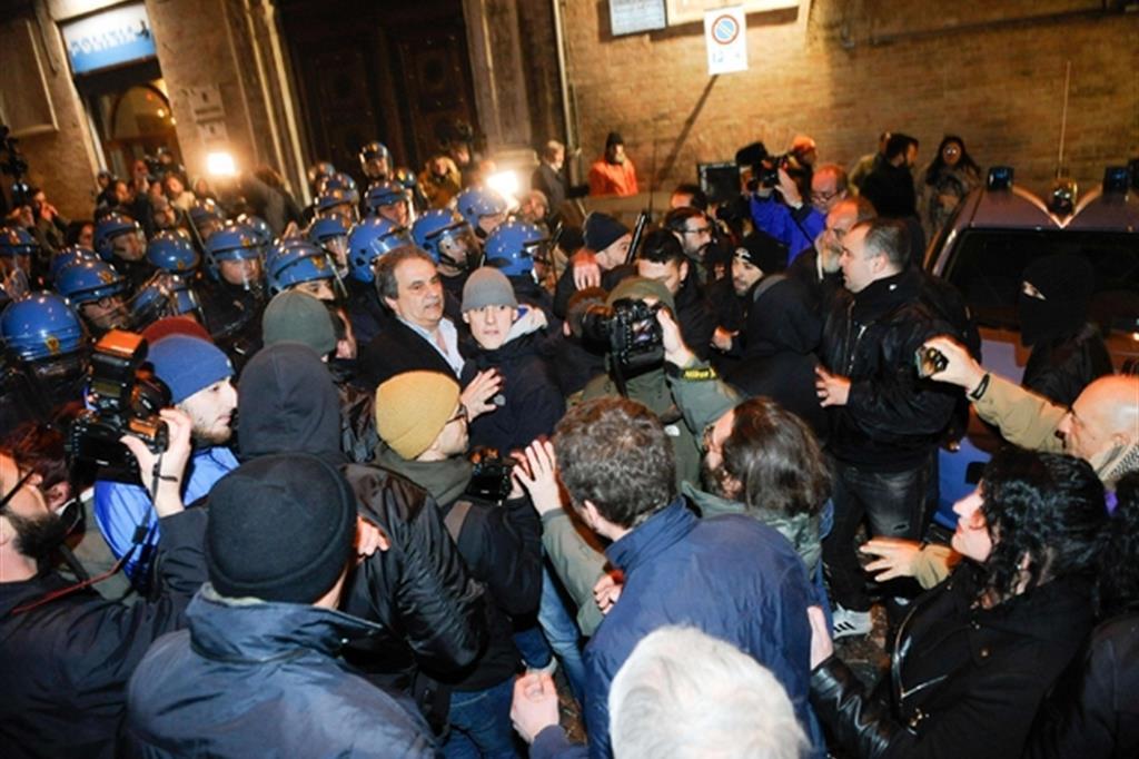 Il caso di Pamela Mastropietro divide la citta' e l'Italia /  A Macerata ci sara' il caos. Autorizzata la manifestazione. Gentiloni: «Non giustificare il fascismo»