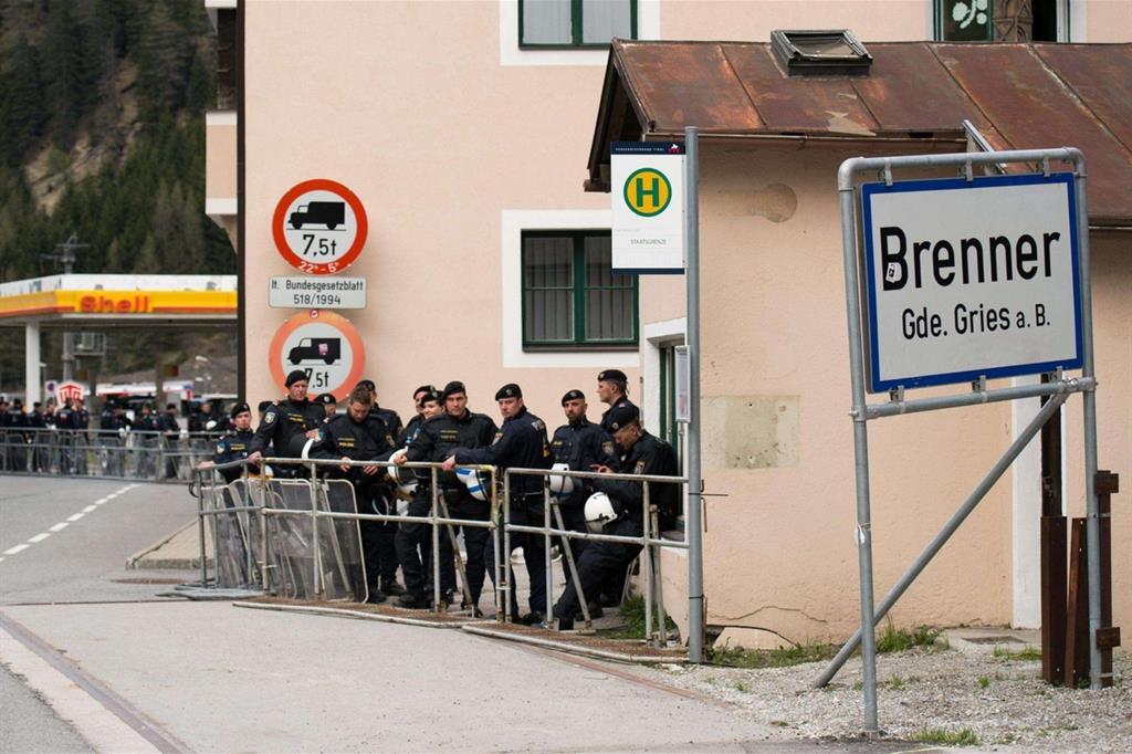 Poliziotti austriaci al Brennero (foto archivio Ansa)