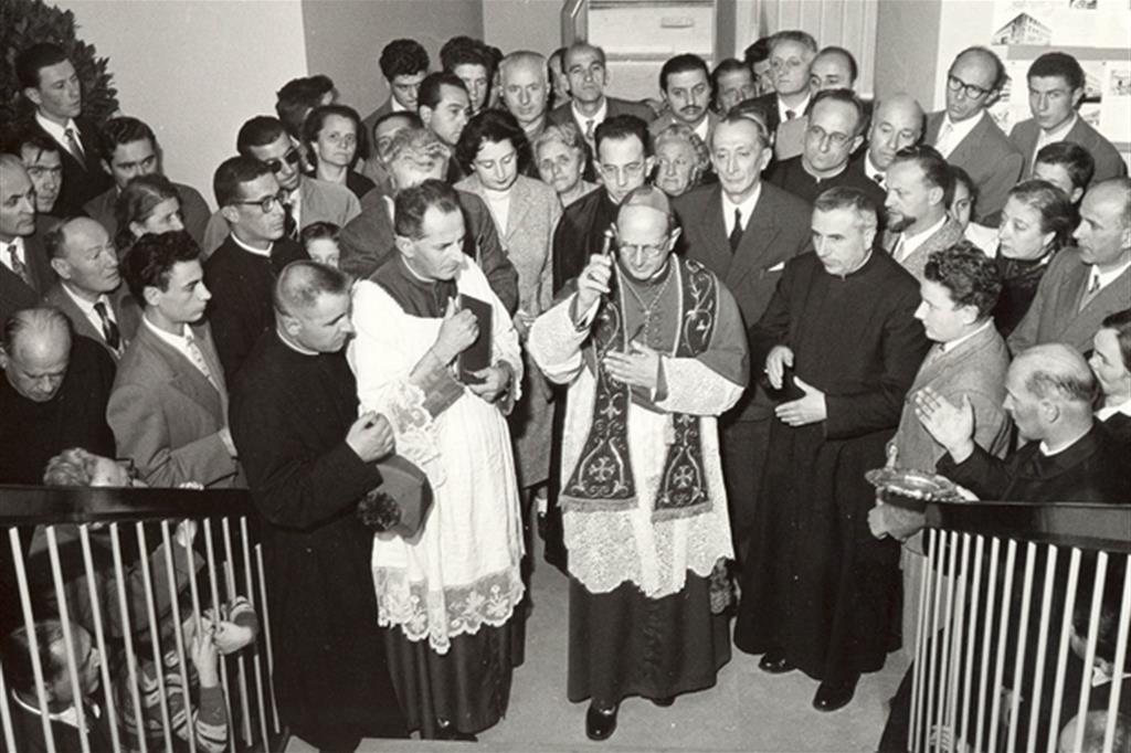 L'allora arcivescovo di Milano Montini durante l'inaugurazione del Centro giovanile pavoniano nel 1958