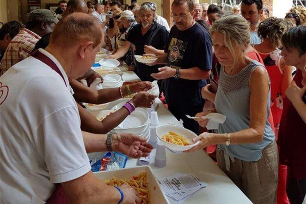Solidarietà a tavola, le Cucine popolari non chiudono nemmeno ad agosto