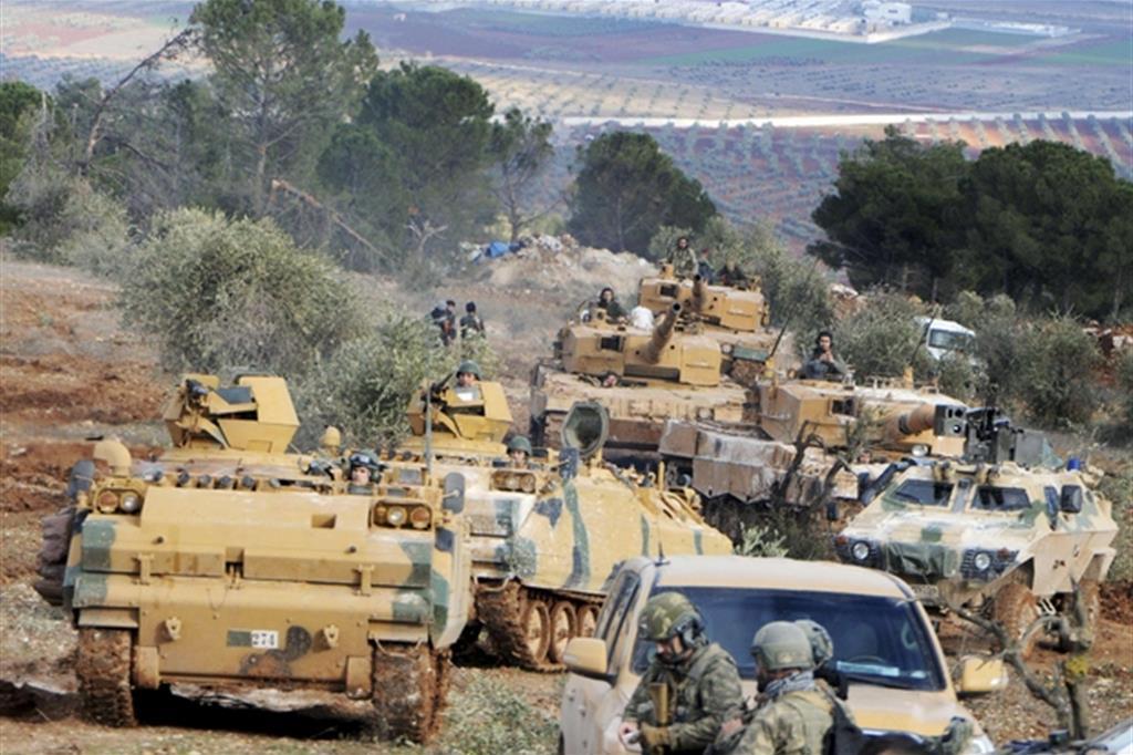 Truppe turche alla collina di Bursayah che separa l'enclave di Afrin dalla città di Azaz (Ansa)