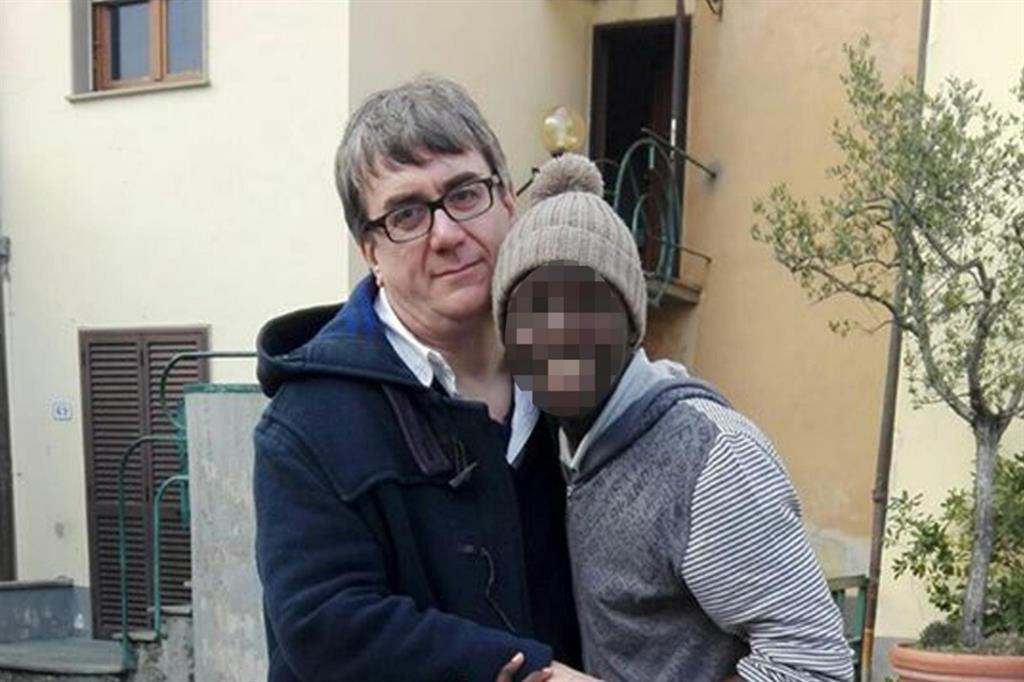 Don Massimo Biancalani con uno dei suoi ragazzi (Foto da Facebook)