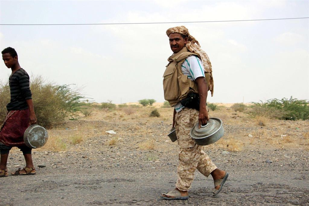 Soldati yemeniti, addestrati dagli Emirati, sminano un terreno nei pressi di Hais nella provincia di Hodeidah, il 18 marzo (Ansa)