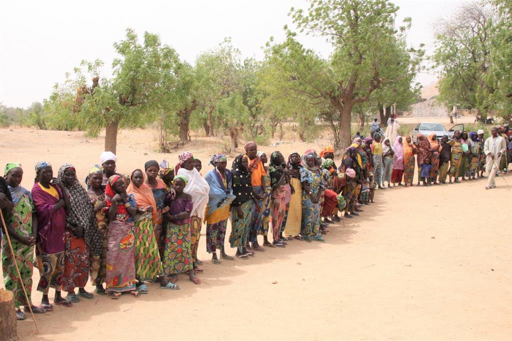 Una fila di sfollati in Camerun (foto Matteo Fraschini Koffi)