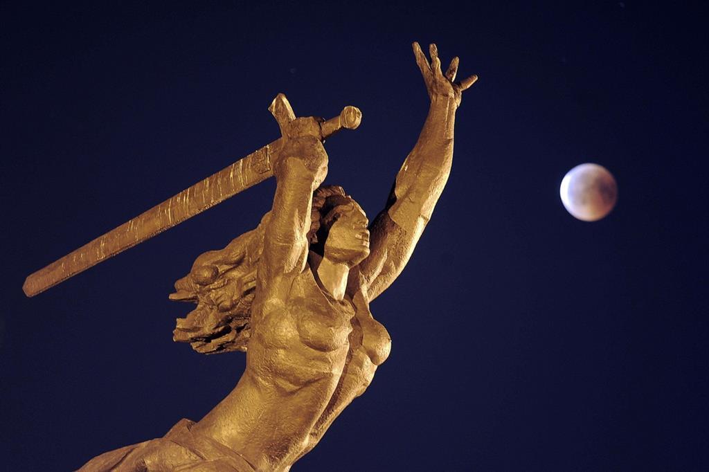 La statua di Nike a Varsavia (Ansa) -