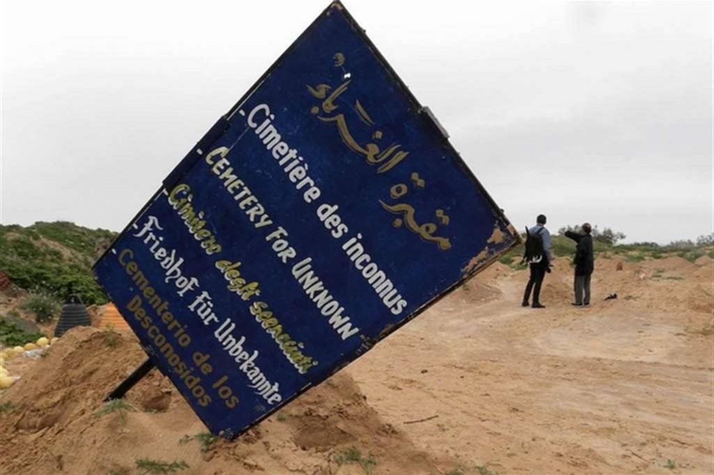 I cimiteri dei migranti senza nome tra Tunisia, Grecia e Italia