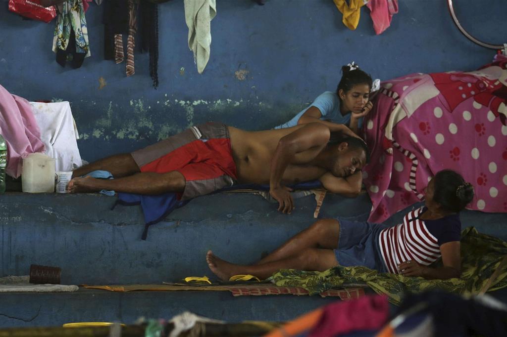 Una famiglia di profughi venezuelani in Brasile: anche a Caracas è sempre più grave la crisi alimentare (Ansa)