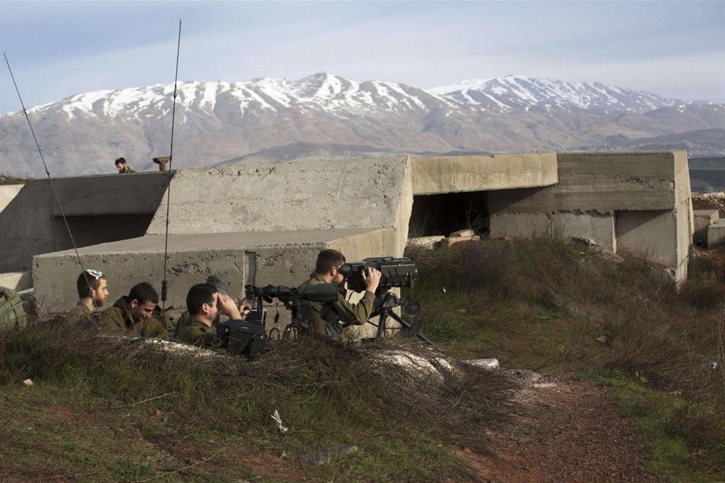 Soldati israeliani hanno preso posizione vicino alla zona di confine con la Siria dopo le tensioni di stamani (Ansa)