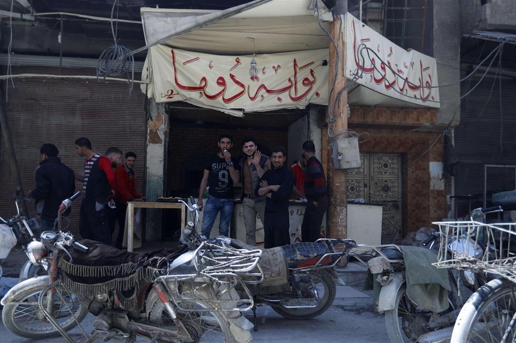 """Colazione al ristorante """"Il cancello di Douma"""" lunedì 16 aprile, due giorni dopo l'ingresso in città dell'esercito di Assad (Ansa) -"""