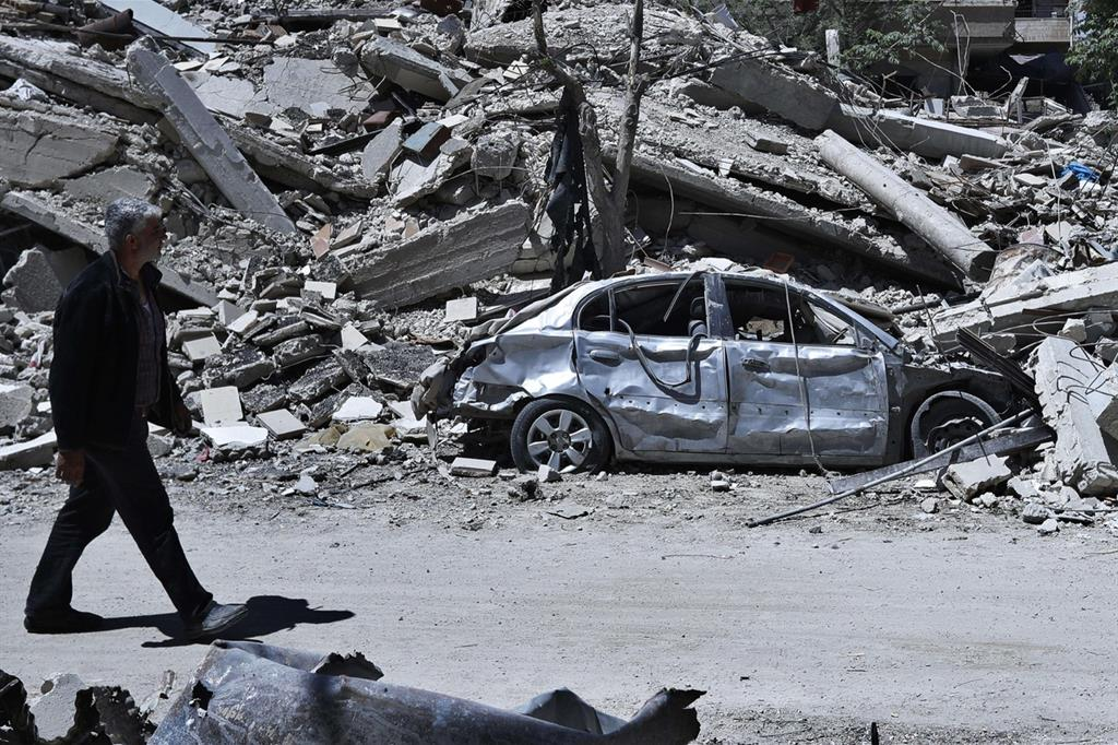 Macerie e carcasse di auto è quel che resta di questo sobborgo della capitale (Ansa) -