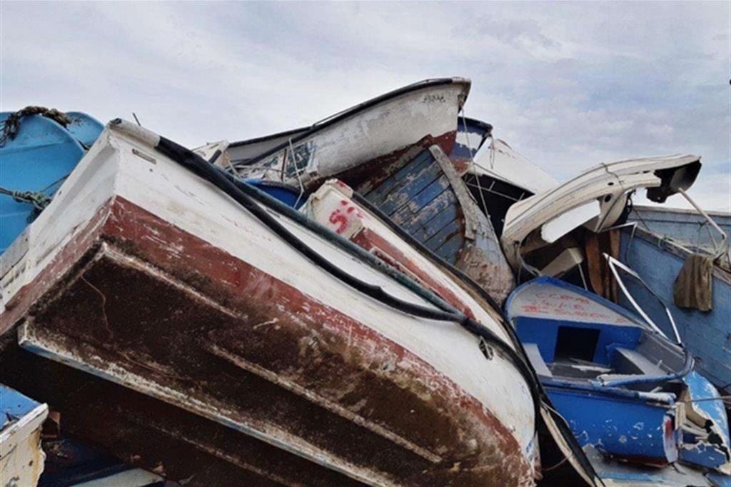 Le barche dei migranti accatastate a Lampedusa