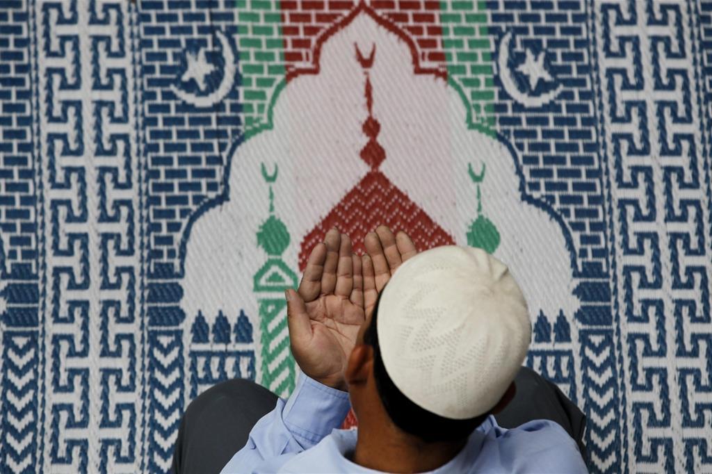 Un fedele in preghiera nella moschea di Katmandu