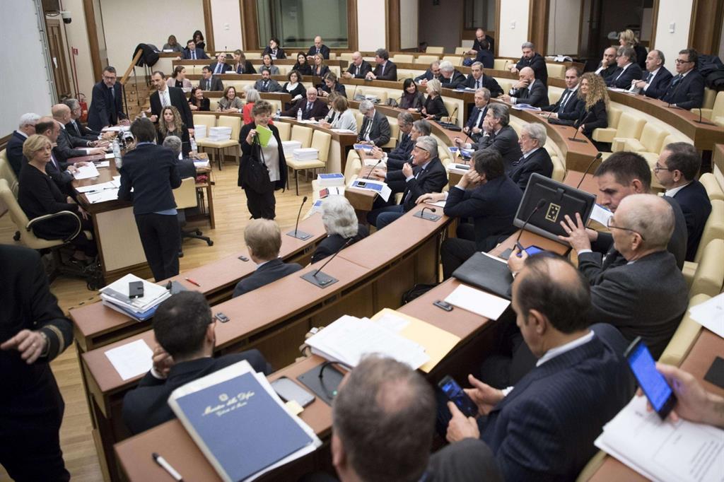 I ministri Roberta Pinotti e Angelino Alfano nel corso dell'audizione davanti alle commissioni riunite Difesa ed Esteri al Senato a Roma, 15 gennaio 2018, per l'audizione sulla missione in Niger (Ansa)