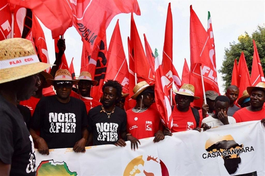 Un momento della manifestazione unitaria dei braccianti Cgil, Cisl e Uil a Foggia contro caporalato e sfruttamento (Ansa)