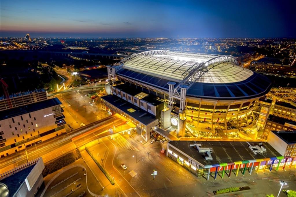 Lo stadio di Amsterdam con le luci alimentate dalle batterie delle autovetture elettriche Nissan