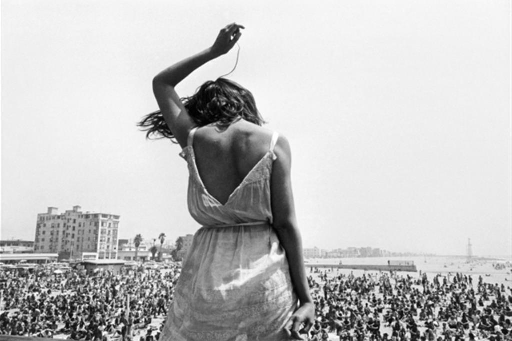 "La mostra ""Un mondo giovane"" a La Spezia: Venice Beach Rock Festival, California, Usa, 1968 / © Dennis Stock/Magnum Photos/Contrasto"