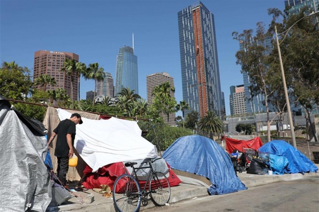 Il risveglio in strada a Los Angeles, che di notte diventa una tendopoli