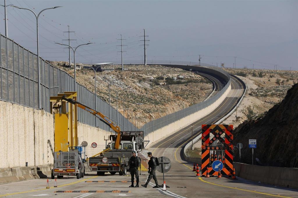 La nuova arteria stradale con il muro di separazione (Ansa)
