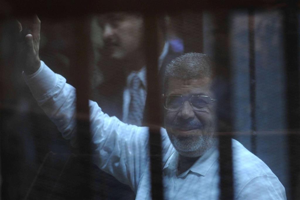 L'ex presidente Morsi in Tribunale in un foto del 2014 (Fotogramma)