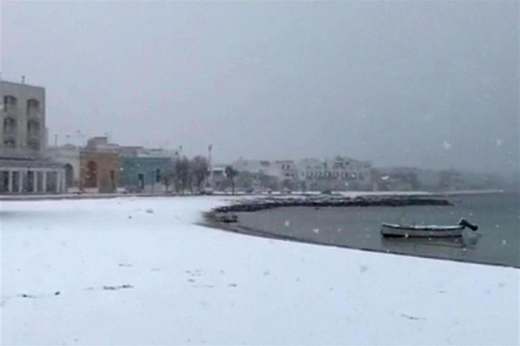 Neve sulla spiaggia a Porto Cesareo, nel Salento (Ansa)