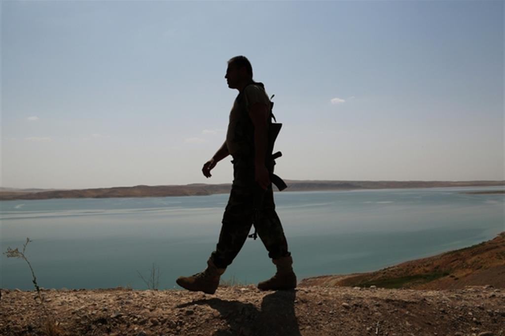 Un combattente curdo in una foto d'archivio Ap