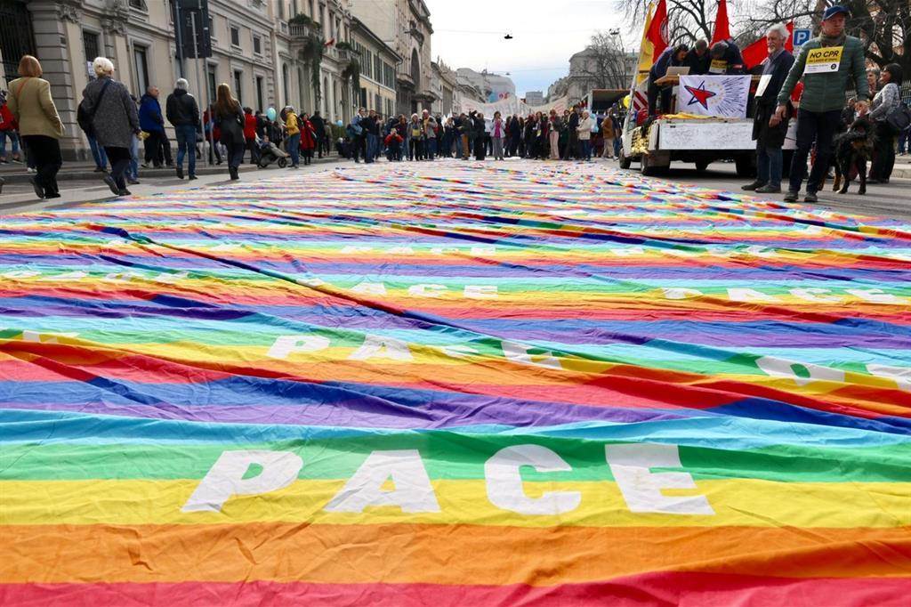 Decine di migliaia di persone pronte per raggiungere piazza Duomo e gridare no alle discriminazioni: le prime immagini del grande corteo a Milano.