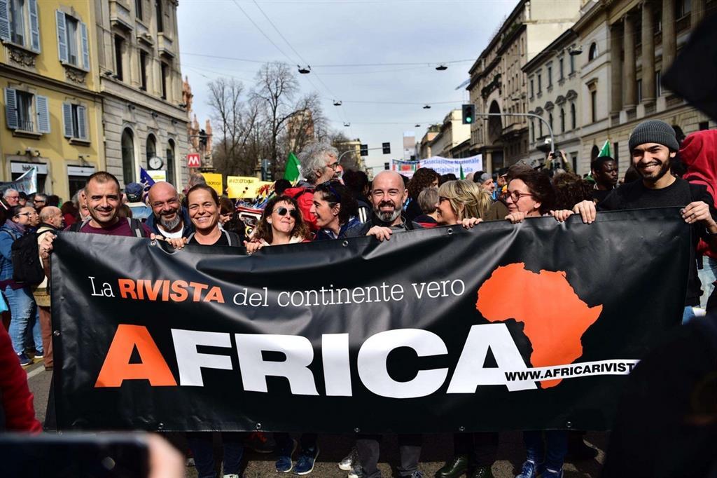 """Prima le persone, """"People"""". In migliaia in corteo a Milano per dire no al razzismo."""