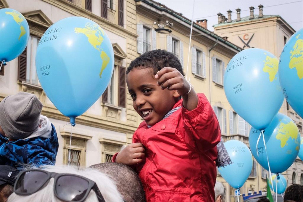 Tantissimi i partecipanti al corteo contro tutte le discriminazioni: oltre mille associazioni, politici e volti noti del mondo dello spettacolo.