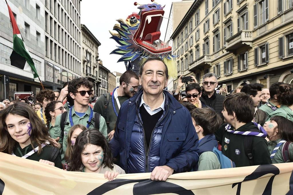 """Partecipa al corteo anche il sindaco di Milano Beppe Sala: """"È un momento di grande cambiamento, qualcuno la vede in maniera diversa e immagina un'Italia un po' chiusa e rancorosa. Questa è la nostra visione dell'Italia, il futuro si costruisce siamo qui per costruirlo. Siamo a uno spartiacque tra modelli diversi di società e noi è questa la società che vogliamo"""""""