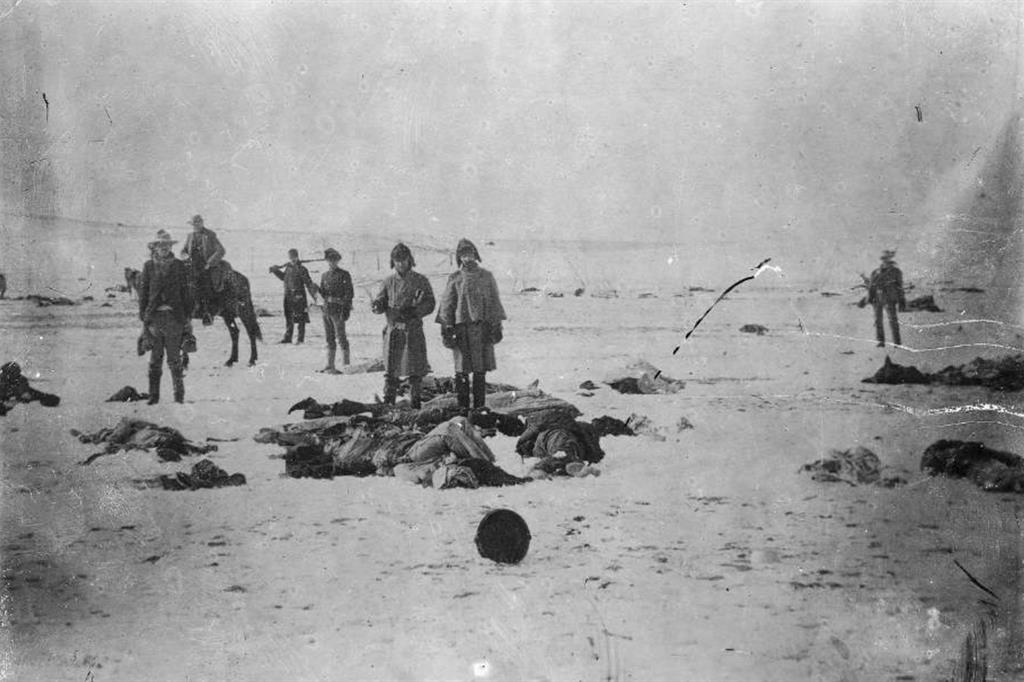 I corpi dei Lakota Sioux nella neve dopo il massacro di Wounded Knee, avvenuto il 29 dicembre 1890 (Public Domain; Courtesy L. Tom Perry Special Collections, Harold B. Lee Library, Brigham Young University)