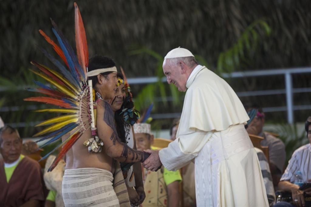 Il Papa incontra alcuni indigeni in Perù, il 19 gennaio 2018 (Ansa/Ap)