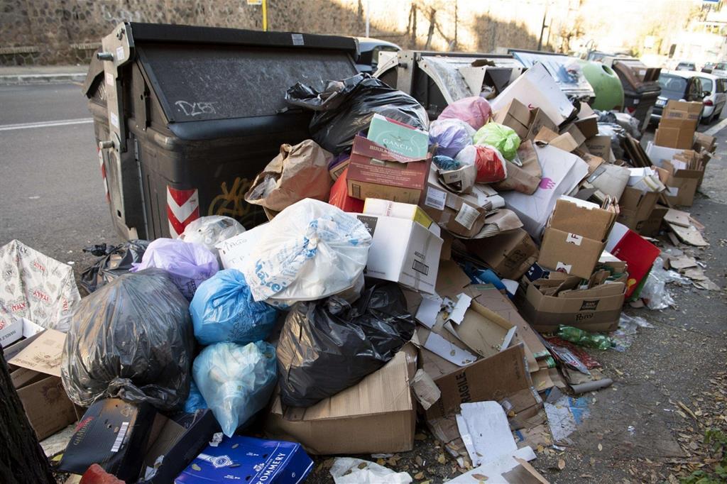 Allarme dei presidi: senza raccolta dei rifiuti a Roma scuola chiuse
