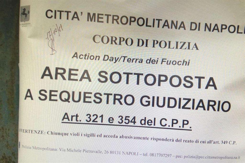 Il cartello posto sulla cancellata che sigilla, da ieri, l'ingresso della struttura adibita a discarica denunciata da un video di Maurizio Patriciello pubblicato ieri su Avvenire.it