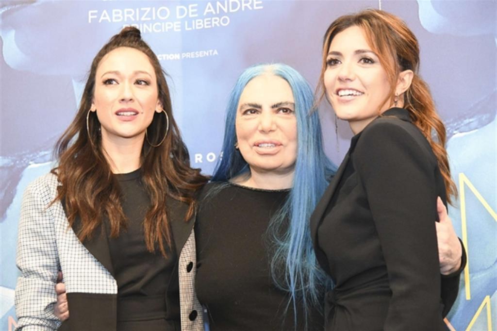 Loredana Berté al centro fra Dajana Roncione (lLoredana Berté nella fiction) a sinistra, e Serena Rossi (Mia Martini)