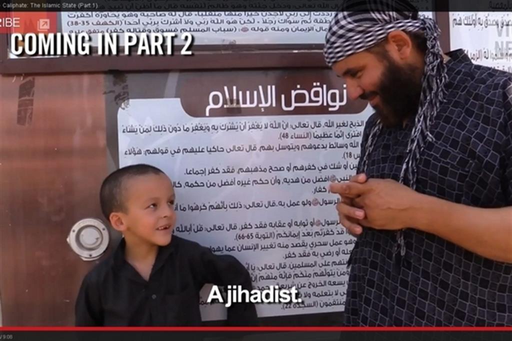 Un fermo immagine da un video di propaganda del Daesh