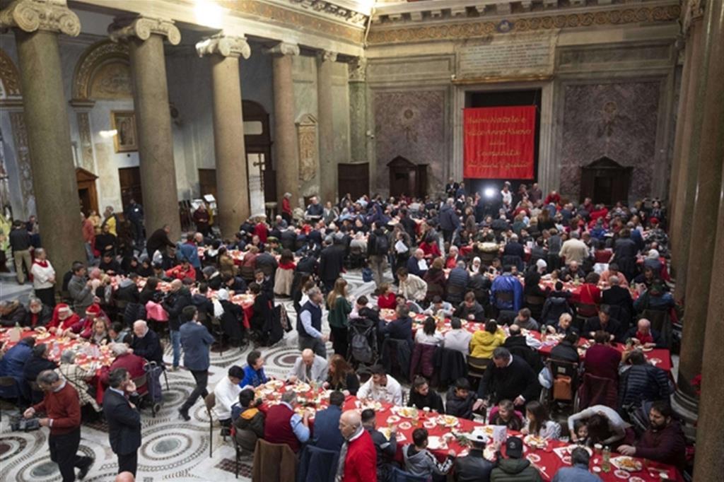 Un momento del pranzo di Natale di Sant'Egidio a Santa Maria in Trastevere a Roma