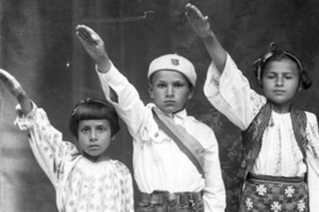 """Piccoli romeni degli anni 30 nel documentario """"Nazione morta"""" di Radu Jude"""
